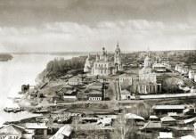 Вид на город с колокольни Благовещенской церкви: слева - Казанско-Богородицкий собор, справа - Спасо-Орловский монастырь
