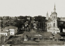 Базарная площадь перед Спасо-Орловским монастырем. Вдали Благовещенская церковь