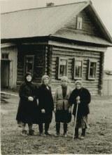 Жители Кривой Дубровы. Слева направо: 1 – Кряжевских Анастасия Никитична, 2 - Молчанова Пелагея Филипповна, 3 - в светлом жакете Мурина Дарья Ивановна, 4 - мама Пелагеи - Мурина Елизавета Егоровна.