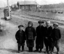 Дети деревни Лысёнки. Слева направо: Cерёга Горбушин, Света Горбушина, Вова Лысков, Коля Горбушин, Юра Лысков. Около 1959-60 гг. Автор фото serega.