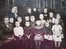 Ученики возле Березниковской школы.