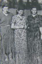 1954 г. Село Талица. Молодые доктора. Слева - главный врач санэпидстанции Перминова Полина Федоровна, в центре - завед. аптекой, справа - завед. Бельским райздравотделом - фото из архива Дементьевой Т.Г.