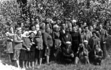 встреча гребенёвских уроженцев в Гребенях, конец 80-х. Тут есть все: Гребеневы, Зезевы-Зязевы, Парахины, Солоницыны, так и их потомки пусть уже и с другими фамилиями.