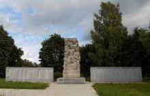 «Памятник защитникам Родины» (1973 г., автор – скульптор В.М.Карпеев) и плиты с именами погибших
