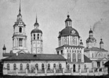 На переднем плане Троицкая церковь, 1-я слева колокольня Казанско-Богородицкого собора (справа), 2-я - Троицкой церкви