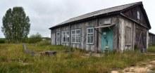 Здание в посёлке. Магазин? Фото Дениса Логиновского, 2014.