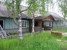 Здание в посёлке. Фото Бориса Гоголева, 2014 (www.vyatlag.ru)
