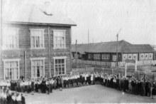 Торжественная линейка у Школы 60-е годы
