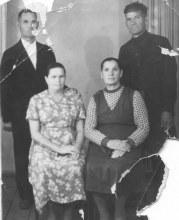 Бабинцев Игнатий Григорьевич (стоит справа) и Бабинцева (Бабурина) Мария Сергеевна (сидит справа)