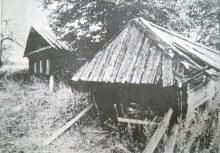 Полуразрушенный дом и часовня (1995г.)
