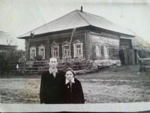 Кривая Дуброва. Молчанова Клавдия Зиновьевна со своей внучкой Галей около своего дома.