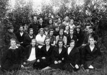Кай. 1928 год. Слет учителей. В нижнем ряду четвертая слева Захваткина Милица Васильевна, уроженка села Кирс Омутнинского района.