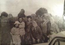 Узлова Анна Ефремовна(в центре) с дочерьми Ангелиной и Тамарой, внучкой Ютой, а также Молчанова (Узлова) Клавдия Зиновьевна с правнучкой Наташей и Леной. 70-е годы. Фото сделано в дер. Кривая Дуброва