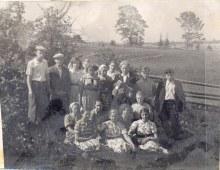 Молодежь деревни Жарково, середина 50-х годов. Слева крайний Узлов Геннадий Андреевич