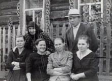 Никулята, семья Никулиных перед своим домом. 31.07.1964