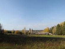 Вид на церковь со стороны кладбища (оно слева, в лесу)