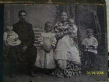 Фото с семьей Пичугин Дмитрий Макарович, 1880 г.р., д. Рыбная Ватага; Екатерина Саватеевна Пичугина (Смирнова), 1880 г.р., предположительно д. Дорошата Кильмезского района. На фото старшая дочь Евдокия (Авдотья) 1902 г.р. Фото примерно 1907 г. Фото прислала Светолика.