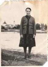 Харюшина (Перминова) Параскева Яковлевна на фоне Преображенской церкви села Чудиново. Фотография от 29 октября 1956 года. Фото прислал пользователь Пассажир.