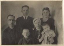 слева мой двоюр. дед со своей семьей