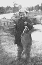 Рыбак на фоне моста через Валу в поселке Валагэс