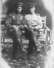 Брагин Пётр Матвеевич (справа) с товарищем (п. Гродеково, 1950 г.)